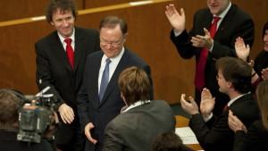 Die SPD-Fraktion feiert nach der erfolgreichen Abstimmung den neuen Ministerpräsidenten Stephan Weil.