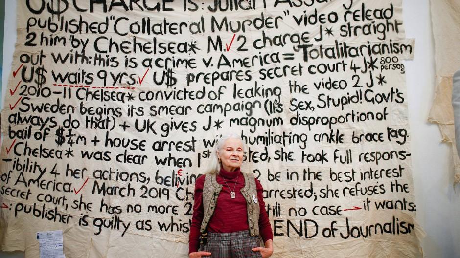 Vivienne Westwood posiert für Fotografen während ihrer Präsentation auf der Londoner Fashion Week im Februar 2020.