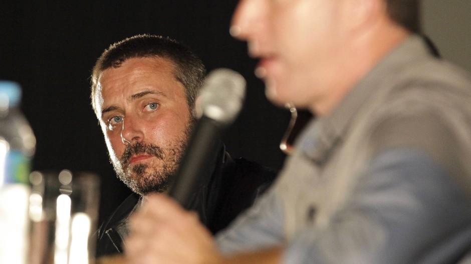 """Der """"Blackwater""""-Enthüller Jeremy Scahill bei einer Podiumsdiskussion mit Glenn Greenwald (Vordergrund). Rio de Janeiro, 2013"""