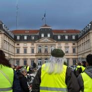 Die Mode ist einfach nicht totzukriegen: Außer langen Haaren haben die Gelbwesten nicht viel mit den Achtundsechzigern gemein. Am 17. November 2018 demonstrierten sie in Le Puy-en-Velay.