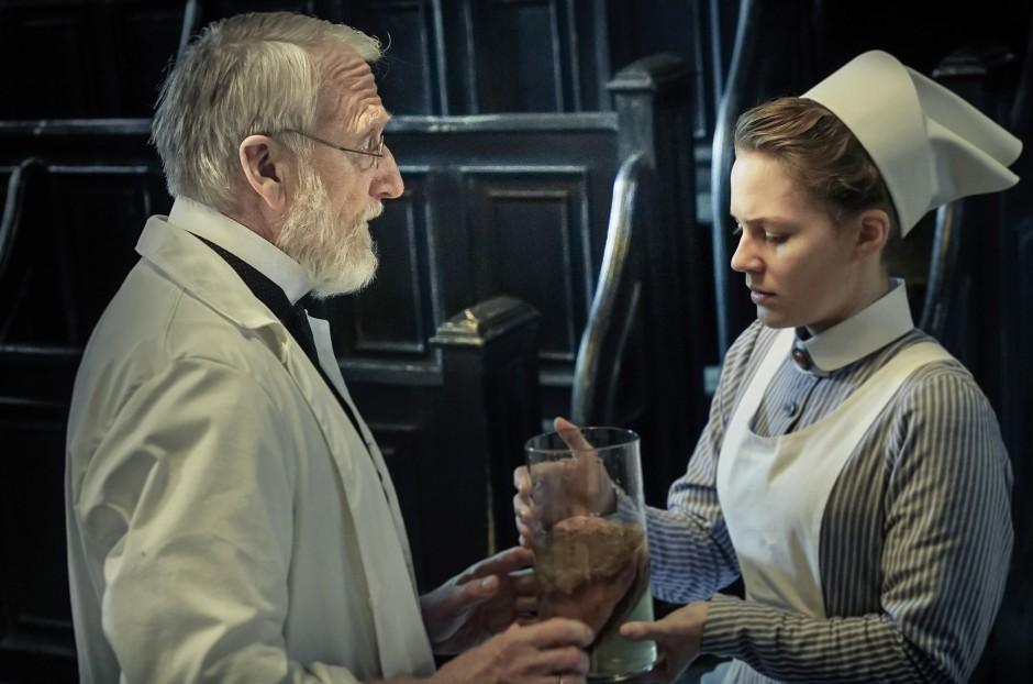 """Auch in der ARD-Serie """"Charité"""" wird Rudolf Virchows Leidenschaft zur akribischen Dokumentation gezeigt: In seinem Leben legte er mehr als 23.000 Präparate an - von Organen, Knochen oder auch Föten."""