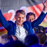 Der Thüringer AfD-Landeschef Björn Höcke lässt sich auf der Wahlparty seiner Partei bejubeln.