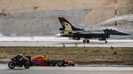 Kampfjet, Rennwagen und Motorrad in einem Kopf-an-Kopf-Rennen