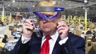 Hielt für die Fotografen ein Gesichtsvisier in die Höhe, die bei Ford in Michigan gefertigt werden - eine Schutzmaske trug Donald Trump bei seinem Besuch zeitweise aber wieder nicht.