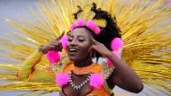"""120.000 Besucher wollen die Sambaschulen in São Paulo innerhalb von vier Tagen anlocken. Die Tänzer und Tänzerinnen der Sambaschule """"Aguia de Ouro"""" traten am Samstag in Tierkostümen auf."""