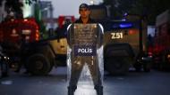 Ein türkischer Polizist bewacht nach einer Explosion Anfang Oktober einen Anschlagsort in Istanbul.