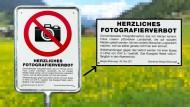 Verbotstafel in der Schweizer Gemeinde Bergün: Der Hintergrund ist sicherheitshalber verpixelt
