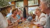 Aufgekratzt: Die Stammtisch-Damen im Gemalten Haus