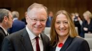Die neue niedersächsische Landtagspräsidentin Gabriele Andretta am Dienstag mit dem amtierenden Ministerpräsidenten Stefan Weil (beide SPD) im Landtag in Hannover