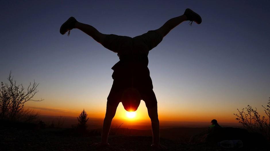 """Kreative """"Generation Workout"""": In Ermangelung sinnvoller Alternativen wird auch schon mal einsam in luftigen Höhen trainiert."""