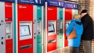 Kompliziertes System: Die Wahl der richtigen Fahrkarte ist für viele RMV-Kunden eine Herausforderung.