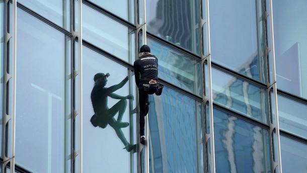 """Französischer """"Spiderman"""" erklimmt Frankfurter Wolkenkratzer"""