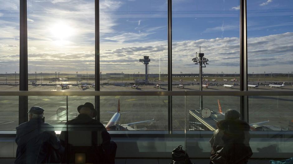 Fernweh: Der Blick von der Besucherterrasse des neuen Berliner Flughafens im November