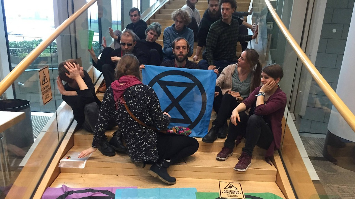 """""""Extinction Rebellion"""" kleben sich im Landtag fest"""