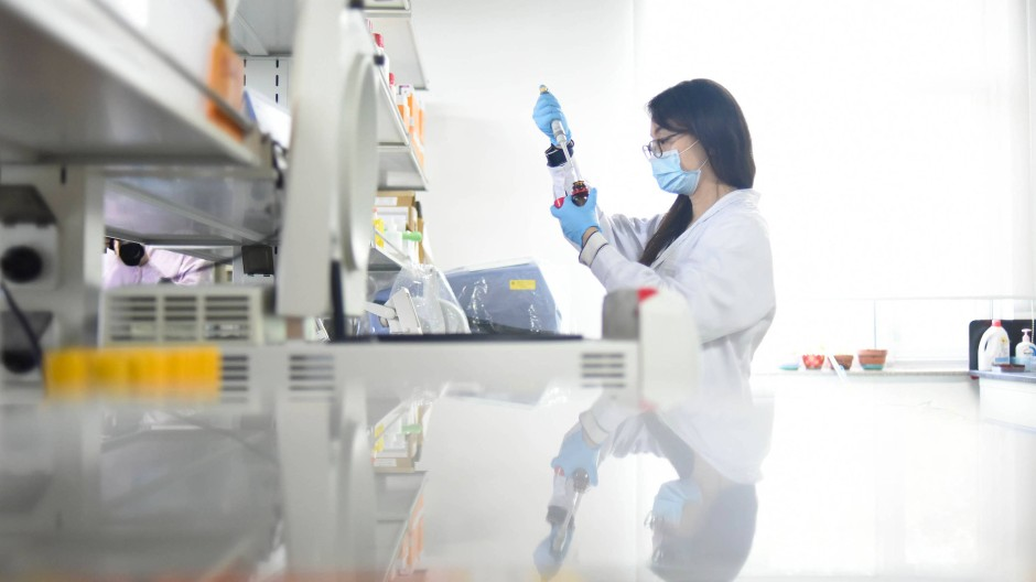Eine Forscherin in einem Labor der Universität Peking