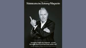 Peer Steinbrück zeigt den Mittelfinger