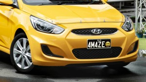 Gelbes Grinsen auf dem Nummernschild