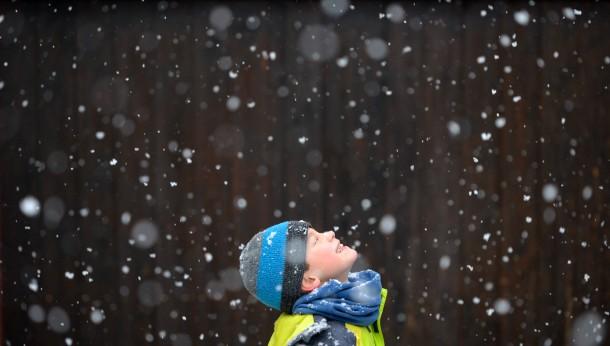 26. Dezember 2014. Gerade noch rechtzeitig zum zweiten Weihnachtsfeiertag bringt uns das Wetter ein paar weiße Flocken. Die Kinder, wie dieser Junge in Kleinmachnow, Brandenburg, freuen sich. Auch für die nächsten Tage werden winterliche Temperaturen vorhergesagt.