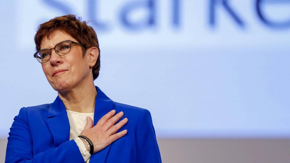 Gerührt und erleichtert: Annegret Kramp-Karrenbauer (CDU) nimmt nach ihrer Rede den Applaus der Delegierten entgegen