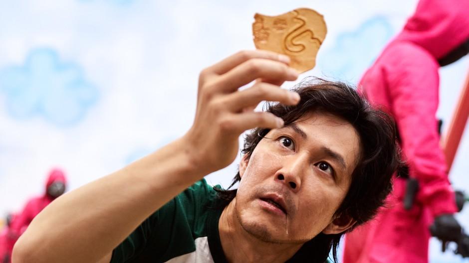 """Der Mann mit dem Regenschirm: """"Squid Game""""-Hauptdarsteller Lee Jung-jae wählte ungewollt die komplizierteste Form aus."""
