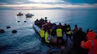 Flüchtlinge kommen in einem Schlauchboot aus der Türkei auf der griechischen Insel Lesbos an.