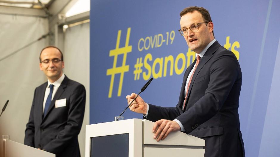 Bundesgesundheitsminister Jens Spahn (CDU, rechts) und Thomas Triomphe, Vorstand der Impfstoffsparte bei Sanofi