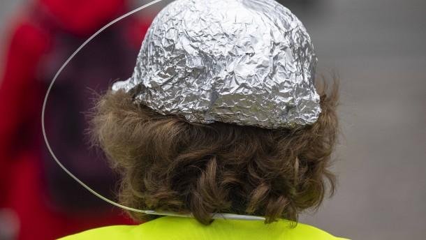 Warum Verschwörungstheorien so viele Menschen anziehen