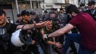 Türkische Polizisten versuchen die Demonstration mit Gewalt zu stoppen.