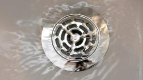 Abfluss in einer Duschwanne