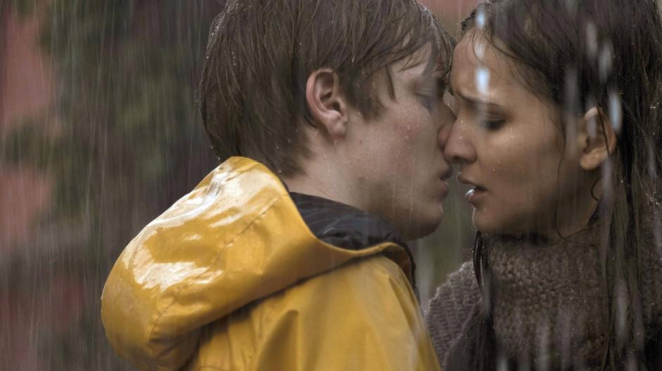 """Louis Hofmann und Lisa Vicari in einer Szene der deutschen Netflix-Serie """"Dark""""."""