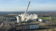 Der Schornstein des ehemaligen Kraftwerks Knepper in Castrop-Rauxel fällt nach einer Sprengung zusammen.