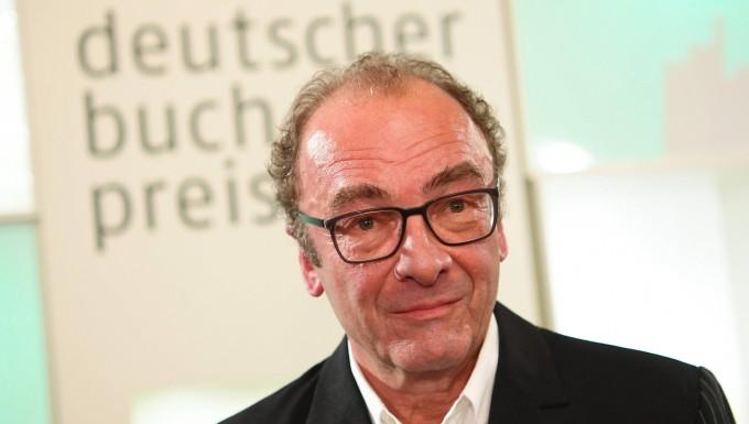"""Im Jahr 2017 gewann Menasse mit seinem Roman """"Die Hauptstadt"""" den Deutschen Buchpreis. Auch in diesem fiktiven Werk bezieht sich der Autor auf die angebliche Hallstein-Rede."""