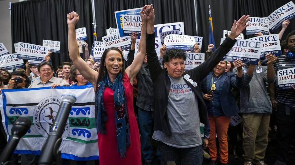 Sharice Davids (links) jubelt in der Wahlnacht mit ihren Anhängern. Die Demokratin zieht mit Deb Haaland als erste Ureinwohnerin in den Kongress ein.
