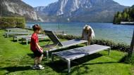 Bald wieder belegt? Liegen am Ufer des Altausseer Sees in Österreich