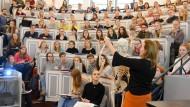 Theorie und Praxis: Studentinnen und Studenten folgen einer Vorlesung im Anatomie-Hörsaal der Martin-Luther-Universität in Halle.