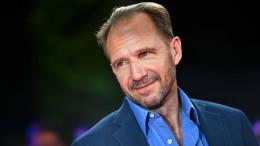 Einen Moment bitte, Mr. Fiennes