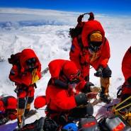 Höchste Genauigkeit: Ein chinesisches Vermessungsteam nimmt am Mittwoch Untersuchungen am Gipfel des Mount Everest vor.