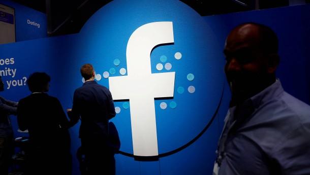 """Facebook löscht Dutzende Kanäle der """"Querdenker"""""""