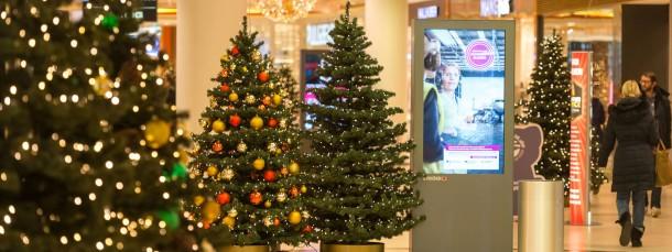 Sie nadeln nicht, brennen nicht so leicht und sind kostensparend: In Kaufhäusern stehen nur künstliche Weihnachtsbäume. Auch in die deutschen Wohnzimmer halten sie Einzug.