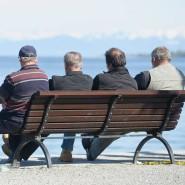 Was wünschen sie sich für die Zeit nach dem Tod? Vier Herren fortgeschrittenen Alters auf einer Bank am Ufer des Bodensees.
