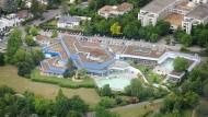 Schwimmen in Thermalwasser: Das Wiesbadener Bad im Aukammtal hat Schönheitsreparaturen nötig, im Gegensatz zu anderen Bädern aber keine Vollsanierung.