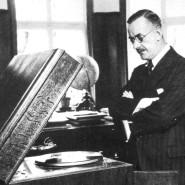 Thomas Mann in seiner Münchner Wohnung 1929 beim Schallplattenhören.