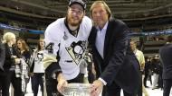 Vater und Sohn mit dem Stanley Cup: Erich und Tom Kühlhackl