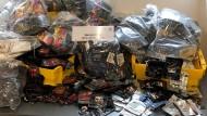 Diverse Zusatzstoffe, Verpackungen und Produktionsmittel sind im bayerischen Kriminalamt zu einer Präsentation einer Drogenproduktionsstrecke aufgebaut. Unter anderem wurden auch einige Luxusprodukte aus der Wohnung eines Drogenproduzenten ausgestellt.