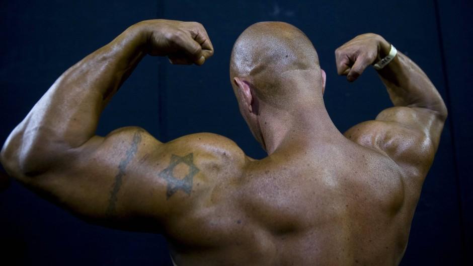 Es heißt, der Mann sei nie ganz zurechnungsfähig – solange noch relativ ungebremst das Testosteron durch seinen Körper zirkuliere. Aber stimmt das?