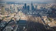 Schluss mit dem Gleisgewirr? Blick auf die Skyline hinter den Gleisen des Frankfurter Hauptbahnhofs