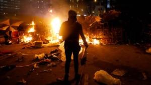 """Polizei droht erstmals mit Einsatz von """"scharfer Munition"""""""