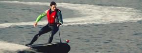 """Benjamin Köhnsen mit seinem karbonschwarzen """"Lampuga"""": Eine Wasserdüse am Ende des Boards sorgt für den Antrieb."""