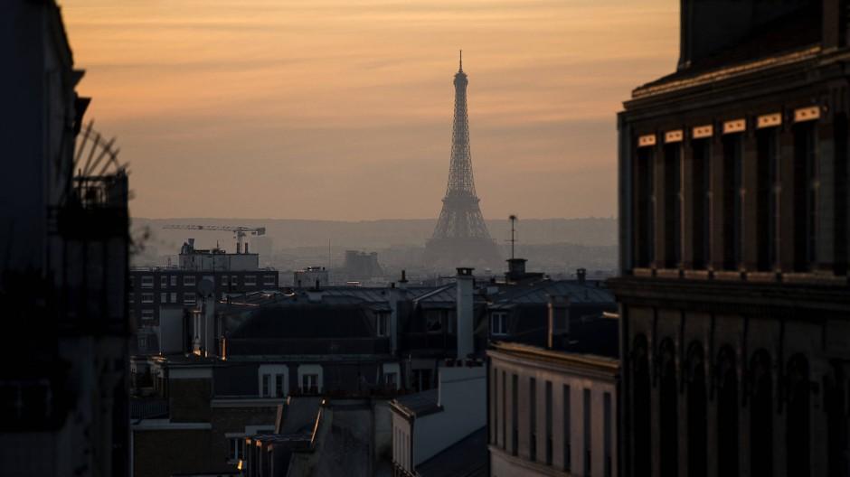 In Paris angekommen, lässt sich Viet Thanh Nguyens Protagonist auf den wohl kapitalistischsten aller Wirtschaftszweige ein – den illegalen Drogenhandel.