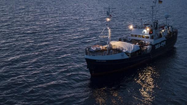 """Flüchtlinge wechseln von """"Alan Kurdi"""" auf größeres Schiff"""